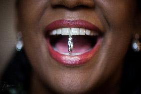 Photographe mariage. Diamant dans la bouche de la mariée