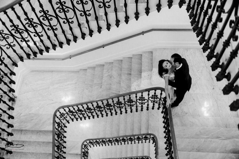Photographe Mariage Juif Cannes, Nice, Monaco. Portrait en noir et blanc au Carlton de Cannes