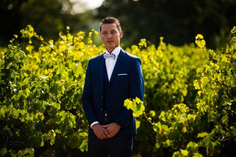 Photographe mariage Var. photographe mariage Hyères. Le marié prend la pose dans un vignoble