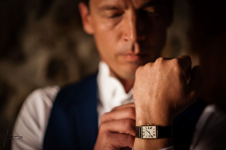 Photographe mariage Var. photographe mariage Hyères. Le marié met sa montre
